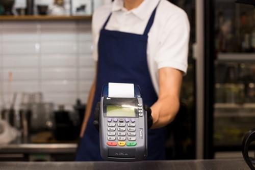 店員とクレジットカード端末機